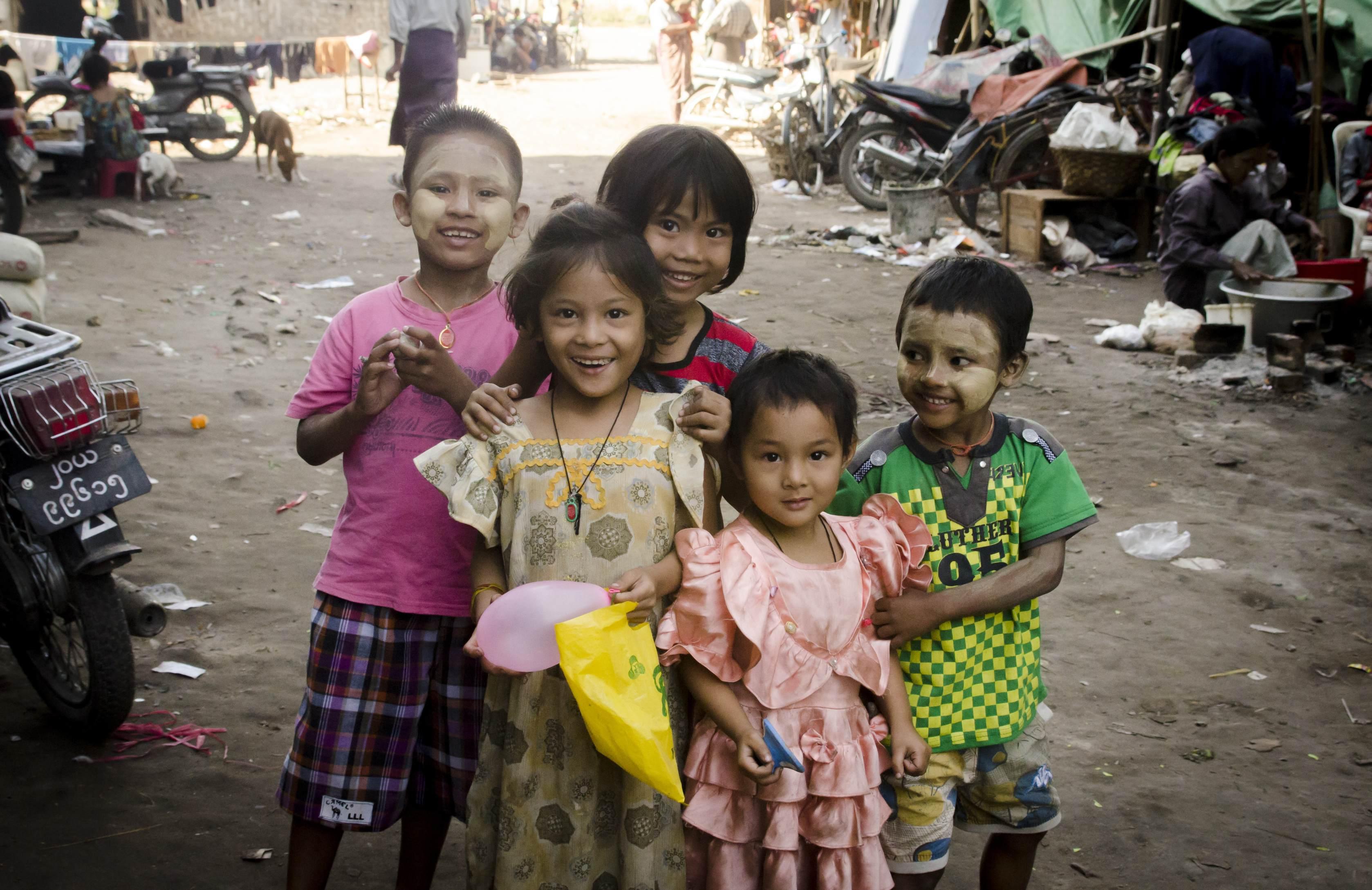 Des enfants posent à Mandalay