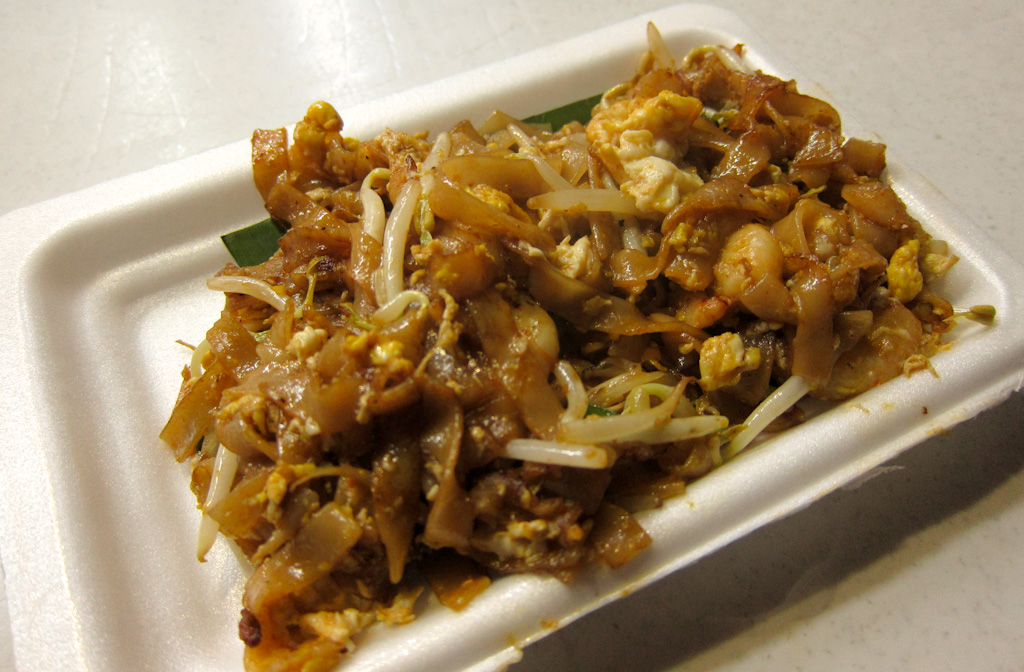 Anthony Bourdain Malaysia Penang - Stir fried rice cake strips with bean sprout and sauce