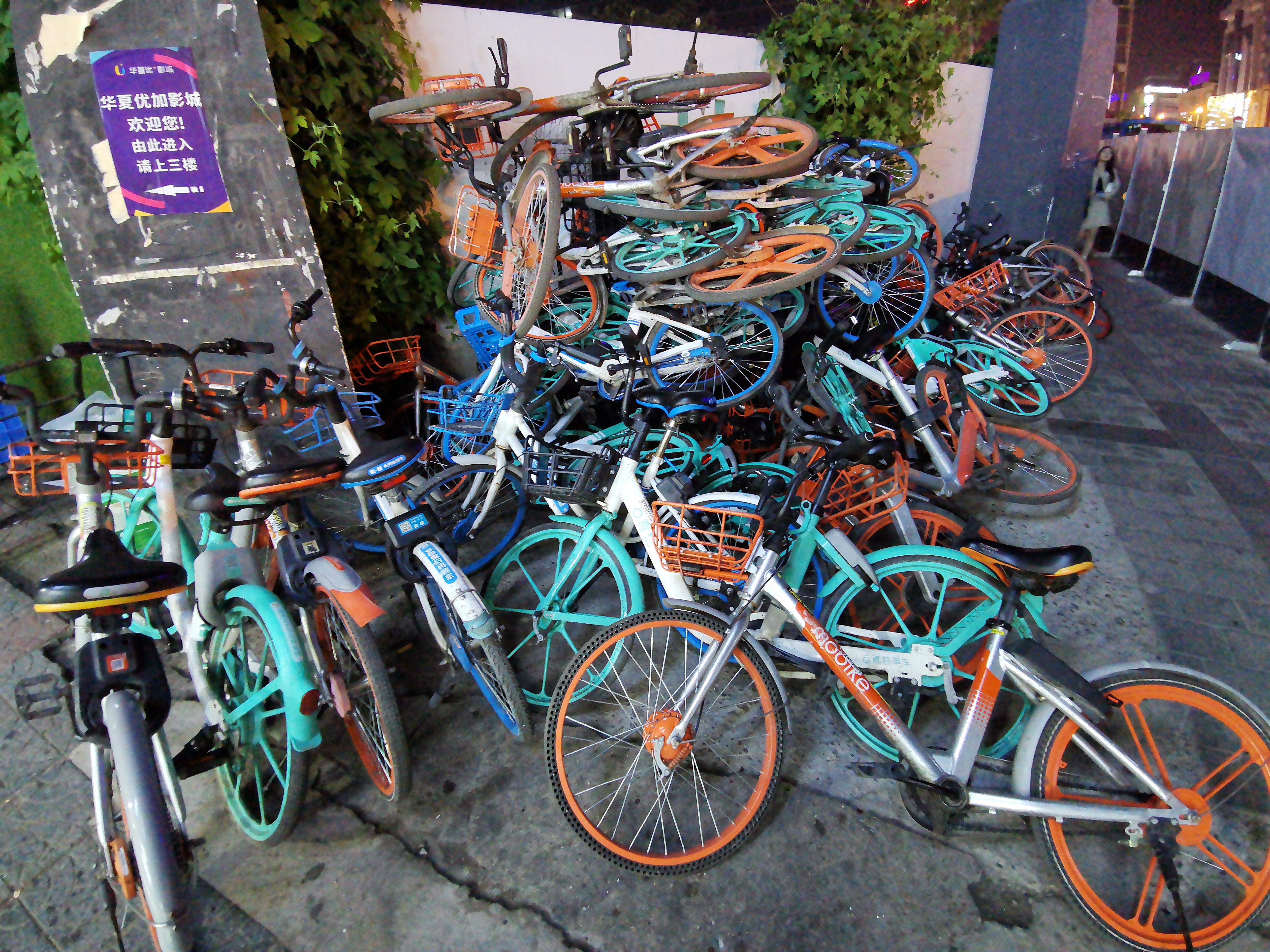 Voulez-vous un vélo? Scannez le code QR, il se déverrouillera. En attendant, il bloque les trottoirs. © Cedric Lizotte