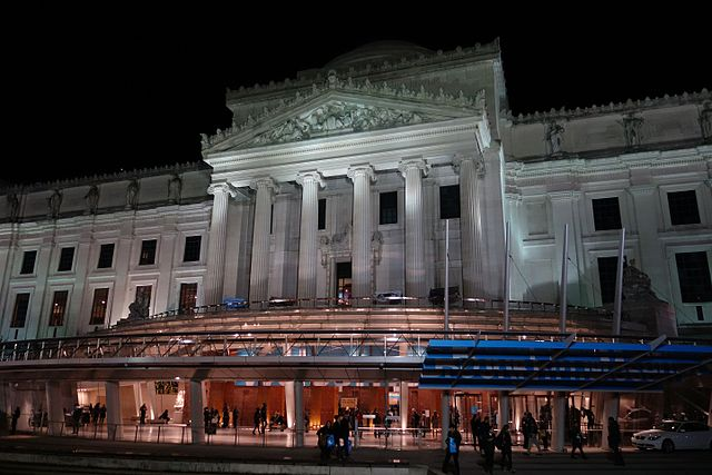 Free Things to Do in New York - Brooklyn Museum at Night - photo by Cm300883 under CC-BY-SA-4.0