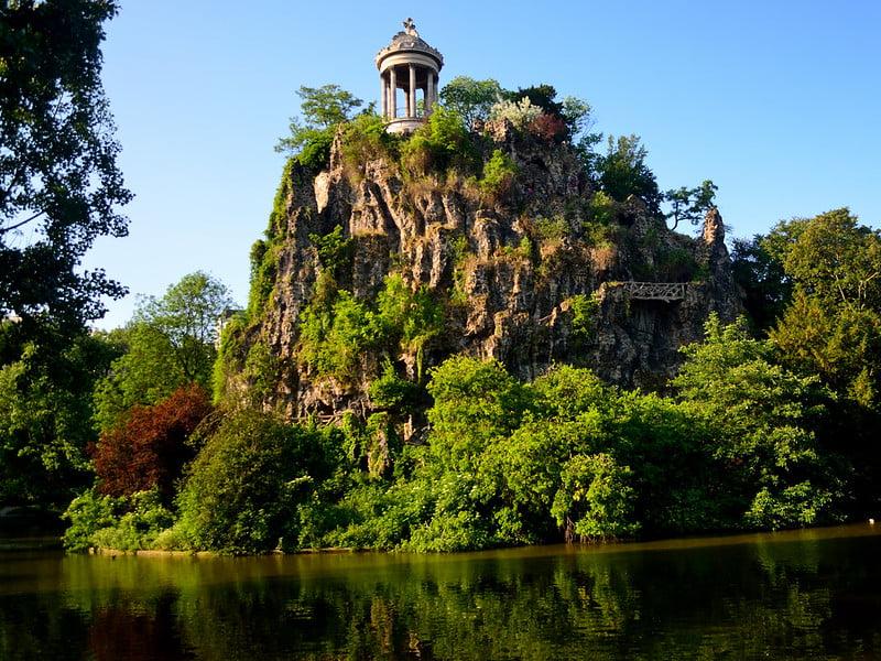 free things to do in Paris - Île du Belvédère at Parc des Buttes-Chaumont - photo by Tom Hilton under CC BY 2.0