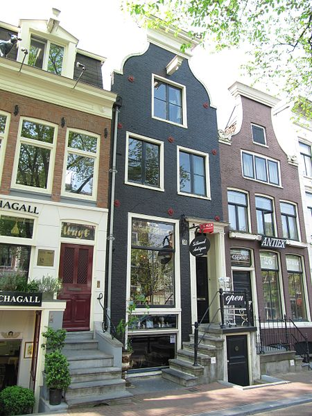Some of the shops along Spiegelgracht in the Spiegelkwartier - photo by M.M.Minderhoud under GFDL and CC-BY-SA-3.0,2.5,2.0,1.0