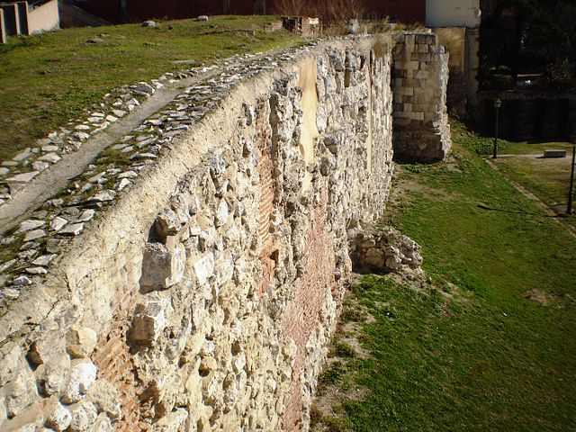 historical sites of madrid - ruins of the Muslim Wall of Madrid - photo by Esetena under CC BY-SA 4.0, 3.0, 2.5, 2.0 and 1.0