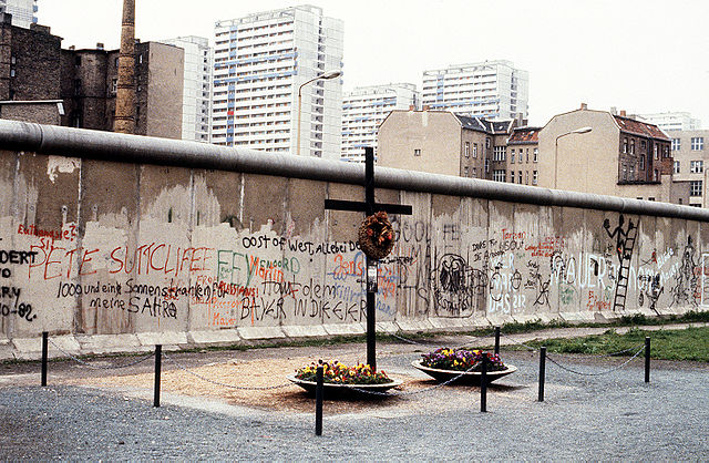 historical sites in berlin - A memorial on the western side of the Berlin Wall - photo by DoD photo, USA under Public Domain