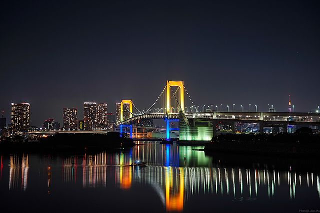 Rainbow Bridge (Tokyo Bay Connector Bridge) at night - photo by Luke Ma from Taipei, Taiwan ROC under CC-BY-2.0