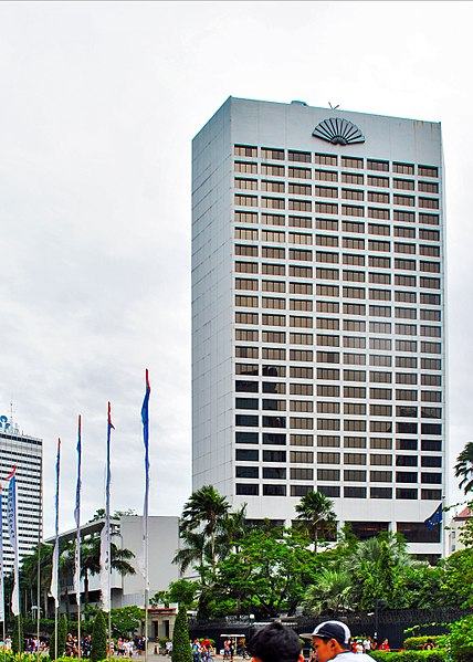 best shopping in Jakarta - The Mandarin Oriental Hotel in Jakarta, housing the Bartele Gallery on its first level - photo by musnahterinjak under CC-BY-SA-3.0