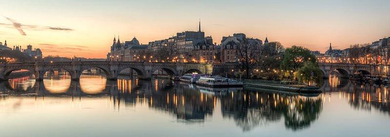 The Île de la Cité as seen from the Pont des Arts shortly before sunrise - photo by DXR under CC-BY-SA-3.0