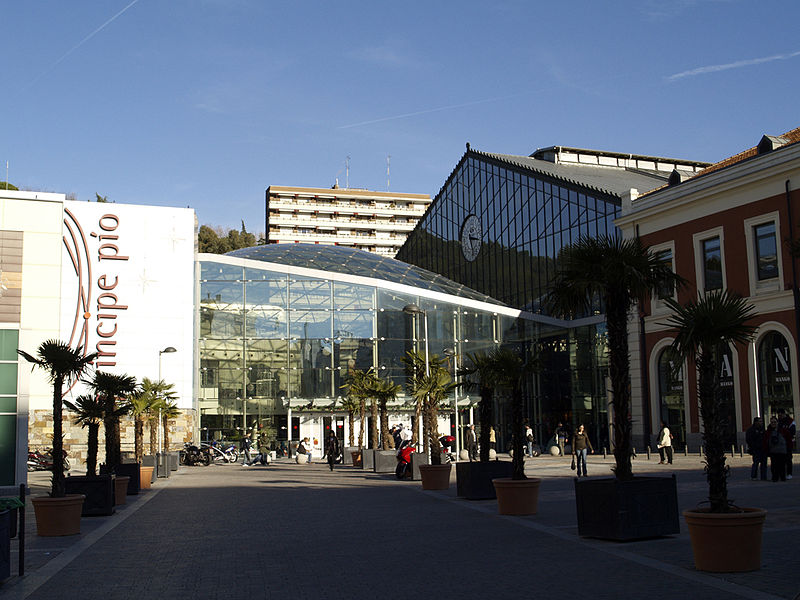 Principe Pío Shopping Mall entrance - photo by FDV under GFDL and CC-BY-3.0