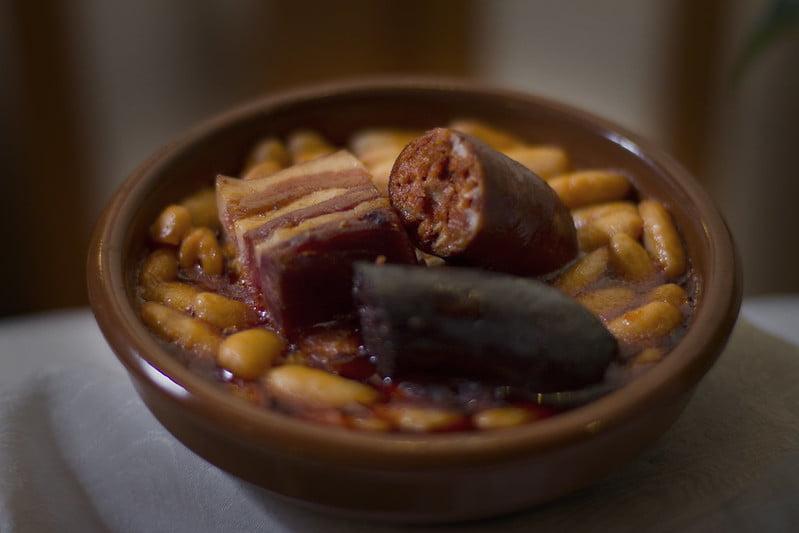 Fabada Asturiana y Compangu - photo by Flavio Lorenzo Sánchez under CC BY-SA 2.0