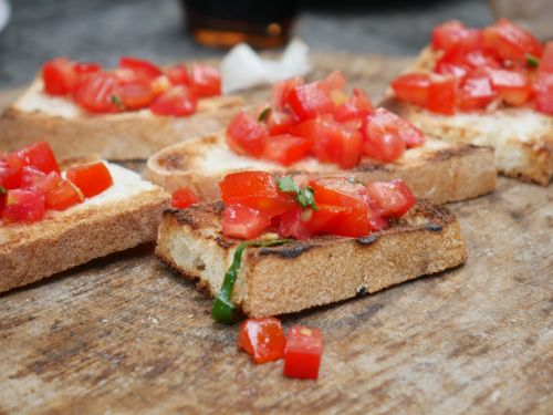 Anthony Bourdain Spain - Toast with Tomatoes - photo by AJEL under Pixabay License